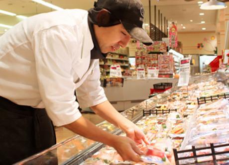 スーパー内の精肉コーナーでのお仕事。1日3時間からの短時間勤務OKなので都合に合わせて働けます。